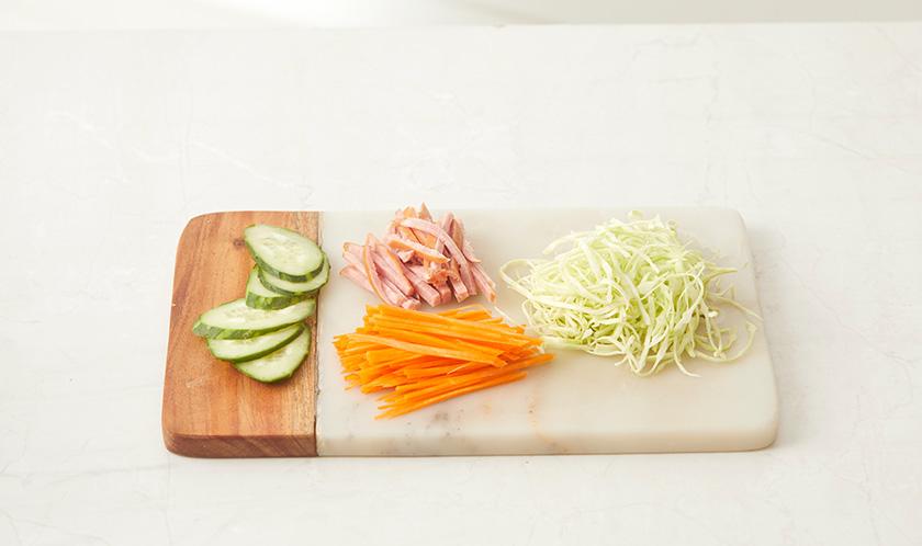 양배추, 당근, 햄은 얇게 채썰고 오이는 얇게 어슷썬다.