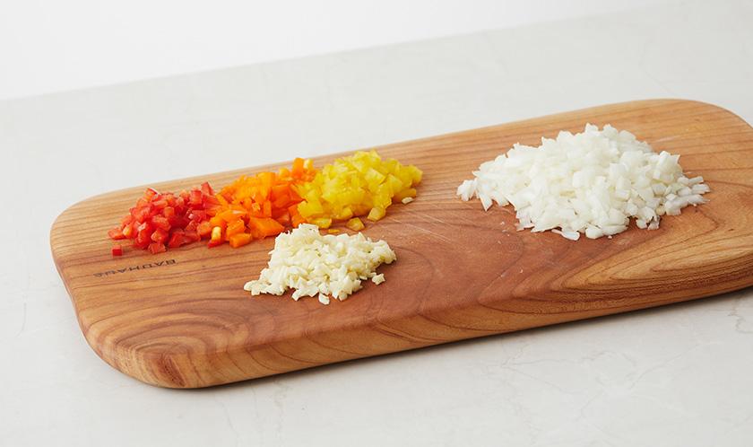 양파, 파프리카, 마늘은 굵게 다진다.