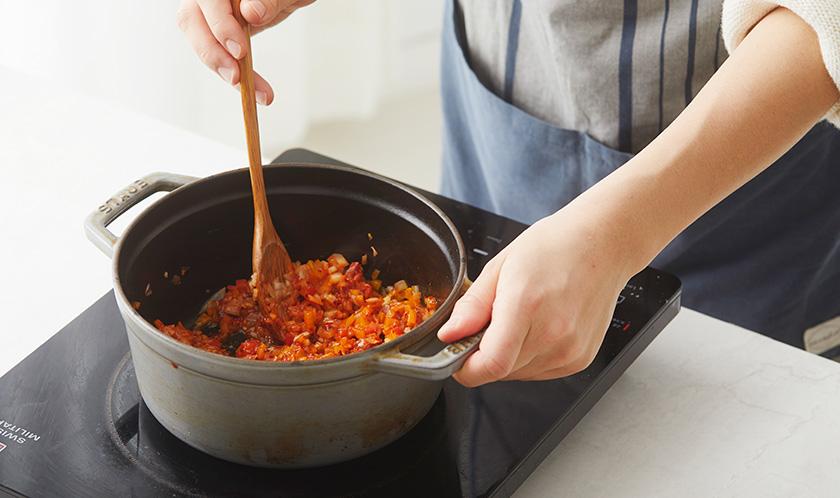 오일을 두른 냄비에 마늘을 넣어 볶다 향이 나면 양파, 파프리카, 고추장을 넣어 볶는다.