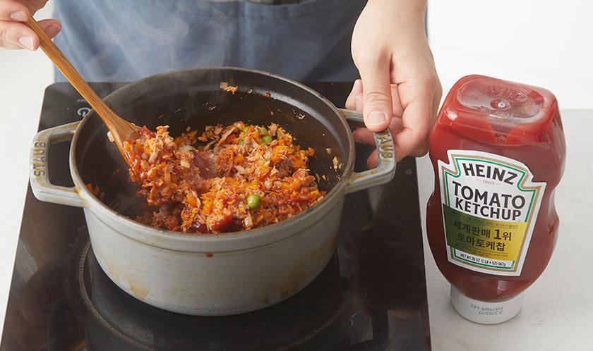 기름을 제거한 참치, 케찹, 후추를 넣어 볶는다.