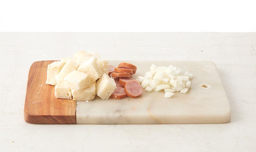 식빵은 사방 2cm 크기로 네모썰고, 소시지는 링썰고 양파는 굵게 다진다.