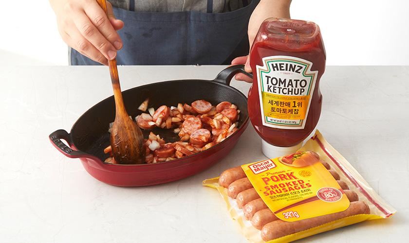 양파, 소시지, 케찹, 소금, 후추를 버무려 오븐용기에 담는다.