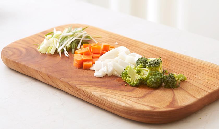양파, 브로콜리, 당근는 사방 1cm 크기로 자르고, 대파는 채썬다.