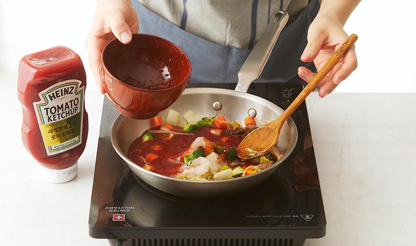 분량의 [양념]을 넣어 한소끔 끓인다.