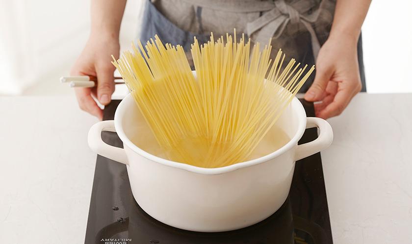 스파게티는 8분간 삶아 물기를 제거한다.