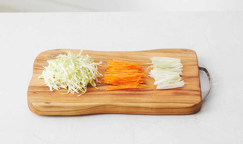 양배추, 당근, 대파는 5cm 길이로 가늘게 채썬다.