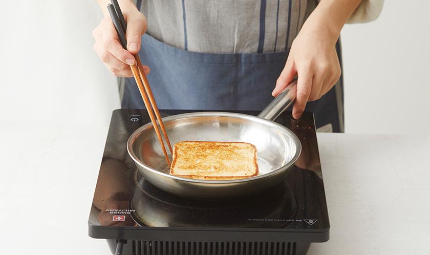 달군 팬에 버터 1큰술을 녹이고 식빵을 앞뒤로 노릇하게 굽는다.
