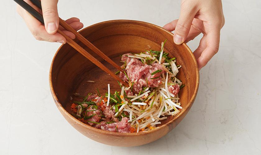 볼에 돼지고기, 다진 새우살, 당근, 부추, 숙주, 굴소스, 소금, 후추를 넣고 골고루 섞는다.