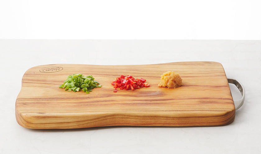 마늘, 청양고추, 홍고추는 굵게 다진다.