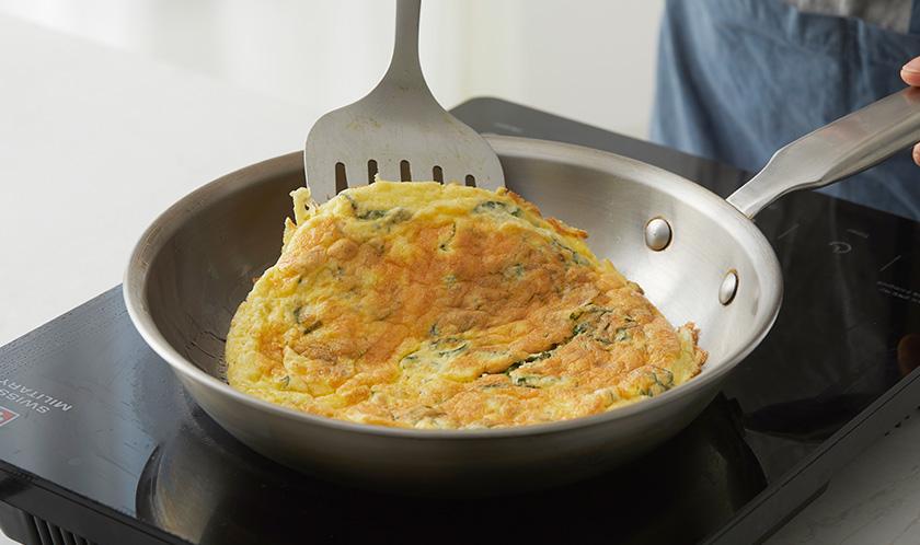 오일을 두른 팬에 달걀물을 붓고 도톰하게 구운 후 스팸 크기에 맞춰 자른다.