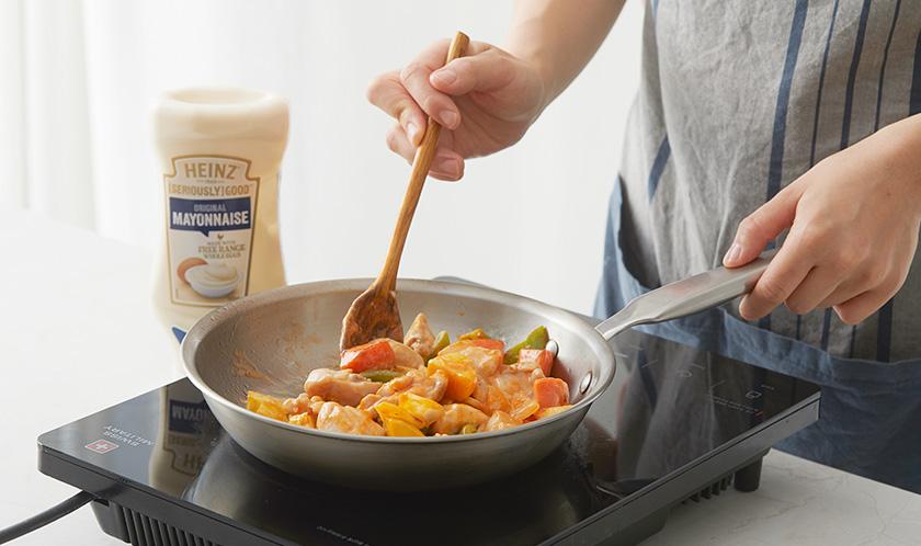 닭다릿살이 익기 시작하면 케찹과 마요네즈를 넣어 살짝 볶는다.
