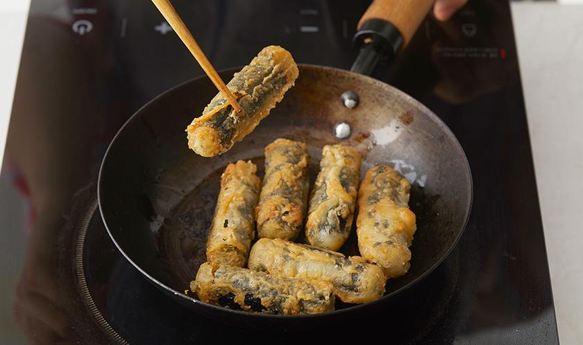 180℃로 달군 튀김유에 김말이를 바삭하게 튀긴다.