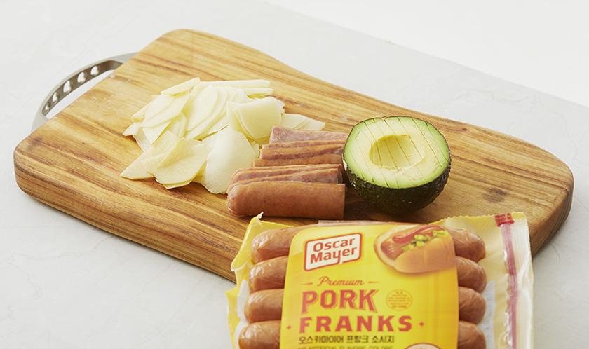 씨와 껍질을 제거한 아보카도와 소시지를 5mm 두께로 슬라이스하고, 감자는 얇게 슬라이스한다.