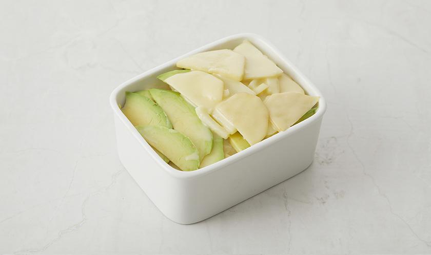 나머지 감자의 1/2양도 겹쳐 넣고 그 위에 아보카도, 나머지 감자 순으로 올린다.