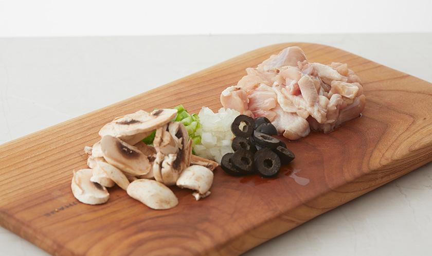 마늘, 블랙올리브, 양송이버섯은 편썰고, 양파와 피망은 굵게 다진다. 닭가슴살은 한입크기로 자른다.
