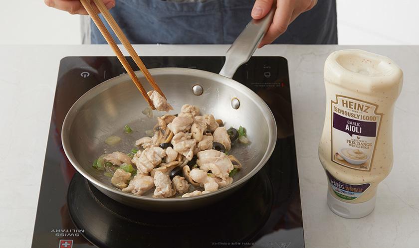오일을 두른 팬에 마늘, 닭가슴살, 양파, 양송이버섯, 피망, 블랙올리브 순으로 볶는다.