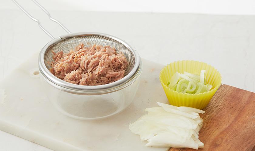 참치는 체에 밭쳐 기름을 제거하고, 대파는 송송 썰고 양파는 슬라이스한다.