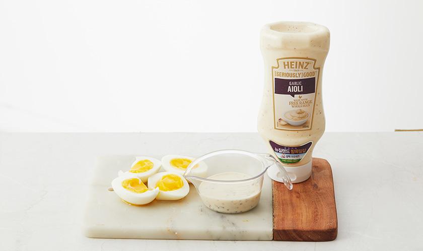 삶은 달걀은 2등분하고 분량의 [소스]는 섞는다.