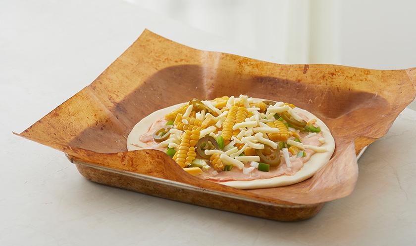 칼로 자른 옥수수, 다진 양파, 다진 피망, 할라페뇨, 피자치즈를 올려 200℃ 오븐에서 15분간 굽는다.
