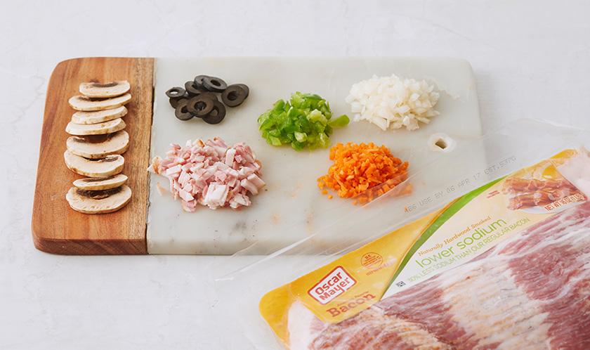 양파, 당근, 피망, 베이컨은 곱게 다지고, 양송이버섯은 편썰고 블랙올리브는 링썬다.