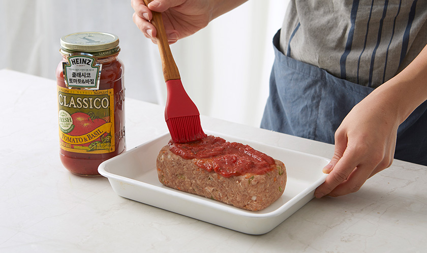 직육면체로 모양을 만들고 윗면에 클래시코 토마토 & 바질을 바른다.