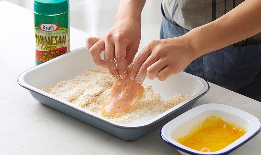 닭가슴살을 1, 달걀물, 빵가루 순으로 옷을 입힌다.