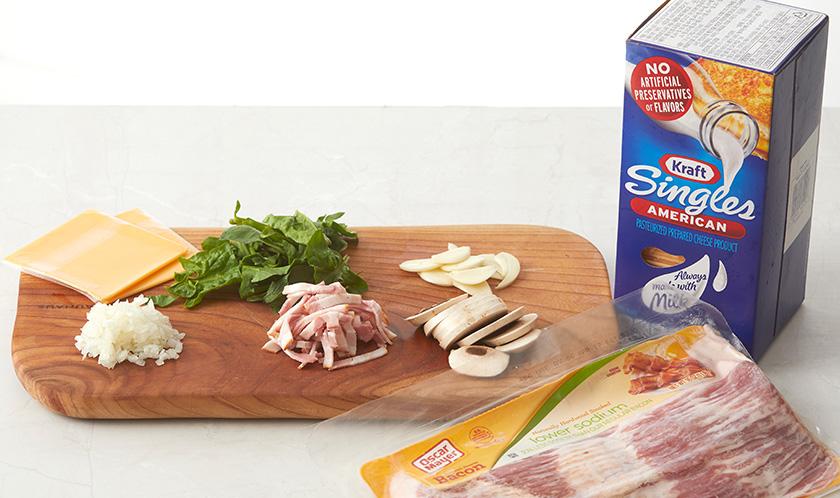 양송이버섯과 마늘은 편썰고, 베이컨은 채썬다. 양파는 곱게 다지고 시금치와 싱글지 치즈는 듬성듬성 썬다.