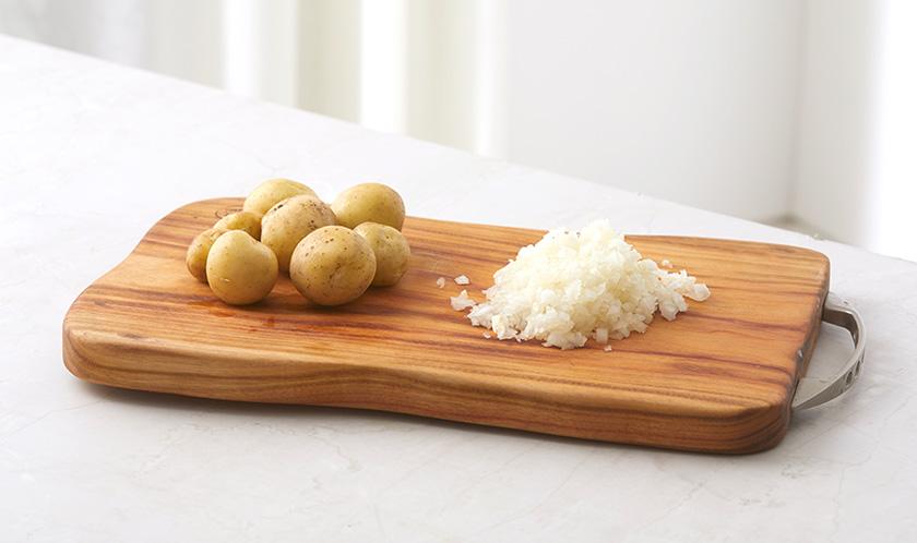 감자는 껍질째 깨끗하게 씻고, 양파는 곱게 다진다.
