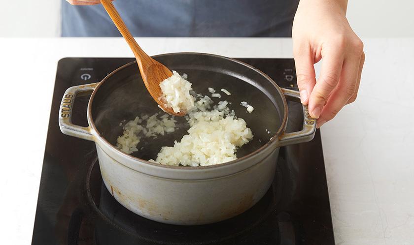 오일을 두른 주물냄비에 마늘과 양파를 넣고 볶아 향을 낸다.