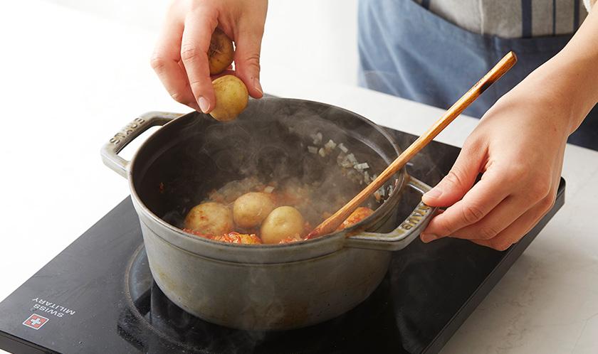 고추장을 넣고 볶다 알감자를 넣는다.