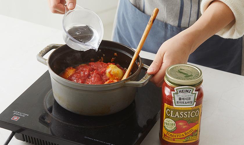 클래시코 토마토 & 바질과 물을 넣고 뚜껑을 덮은 채로 감자를 익힌다.