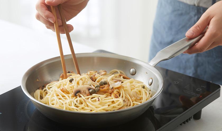 올리브오일 1큰술을 두른 팬에 마늘과 양파를 볶아 향을 낸 후 삶은 스파게티, 편 썬 양송이버섯, 케이퍼를 넣고 볶는다.