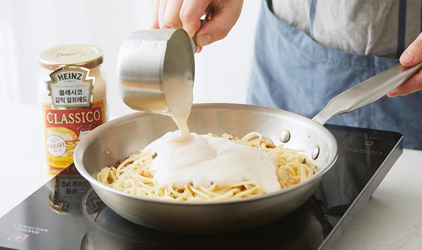 클래시코 로스티드 갈릭 알프레도와 우유를 넣어 볶는다.