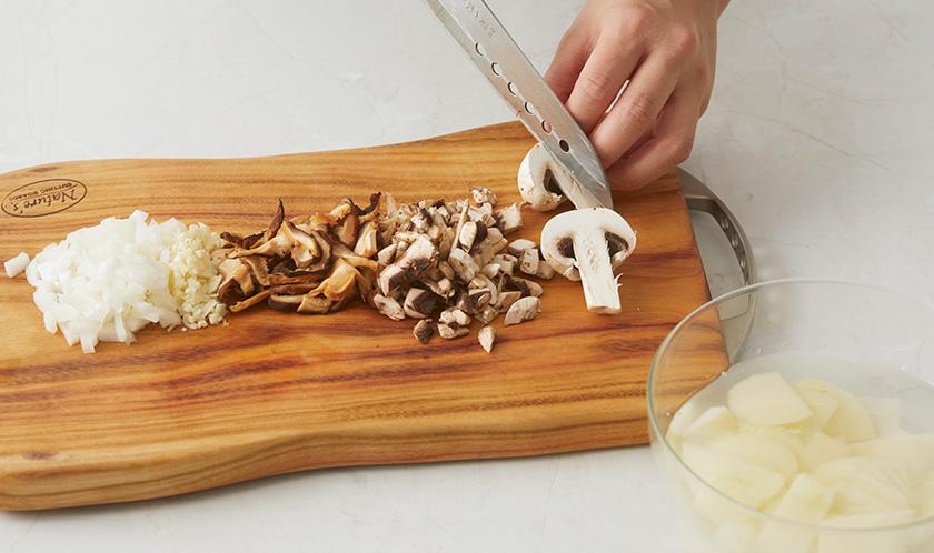 양송이버섯, 표고버섯, 마늘, 양파는 다지고 감자는 편썬다.