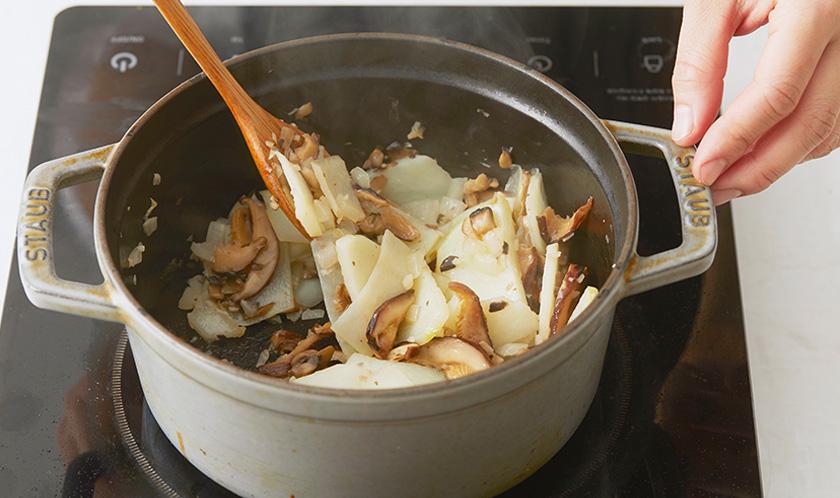 냄비에 버터를 녹이고 마늘과 양파를 볶아 향을 낸 후 감자, 양송이버섯, 표고버섯을 넣어 볶는다.