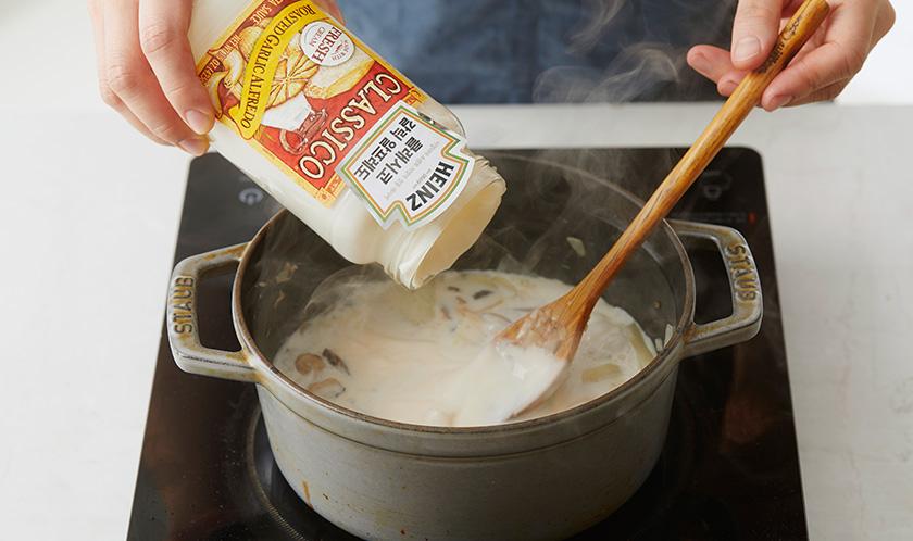 클래시코 로스티드 갈릭 알프레도와 우유를 넣고 끓인다.