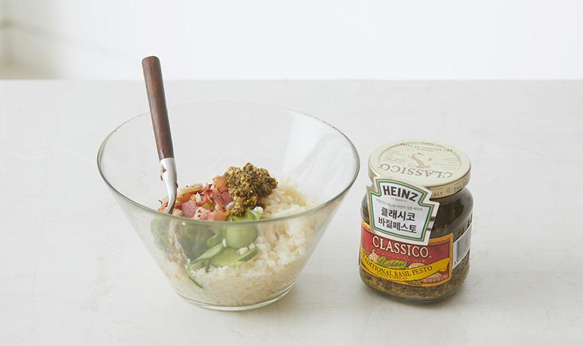 볼에 콜리플라워, 오이, 마늘, 베이컨을 담고, 클래시코 바질 페스토, 올리브오일, 파마산 치즈, 소금, 후추를 넣어 살짝 버무린다.