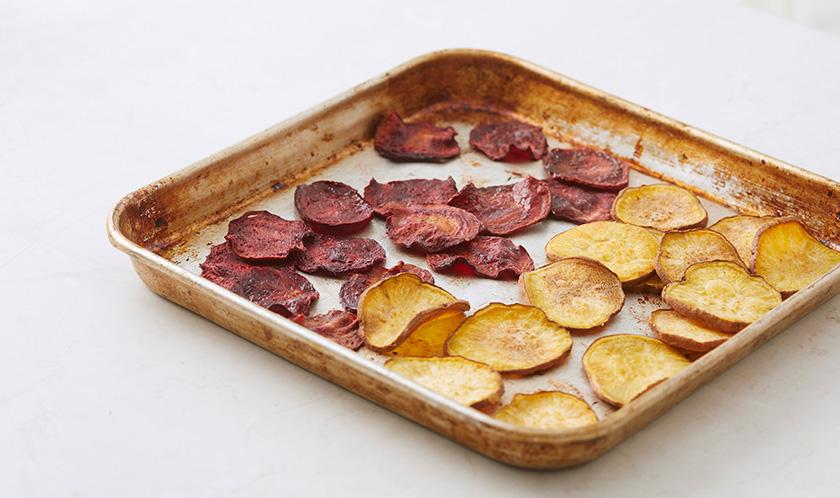 고구마와 비트는 2mm 두께로 얇게 썰어 올리브오일을 바른 후 180℃로 예열한 오븐에서 20분간 굽는다.