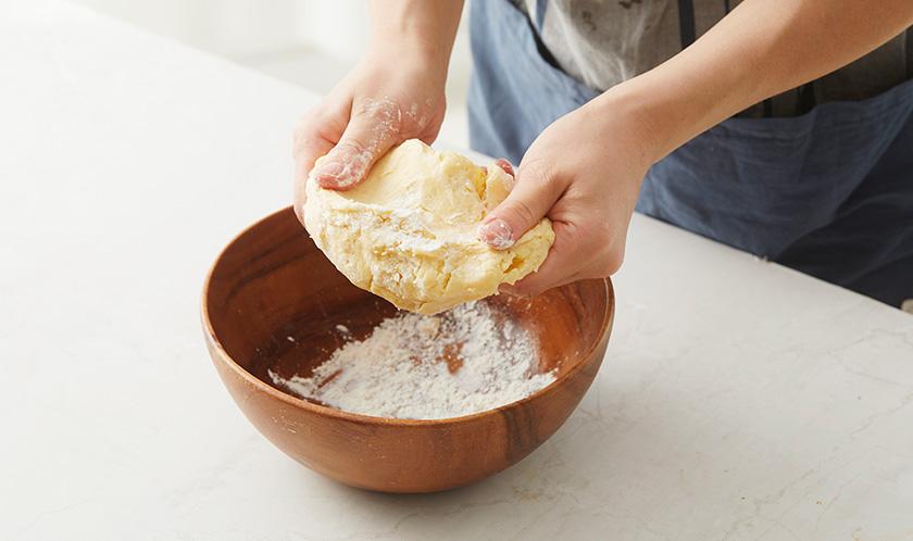 [파이반죽]의 밀가루는 체로 친 후 나머지 재료와 섞어 가볍게 반죽한 다음 냉장고에 30분간 휴지시킨다.