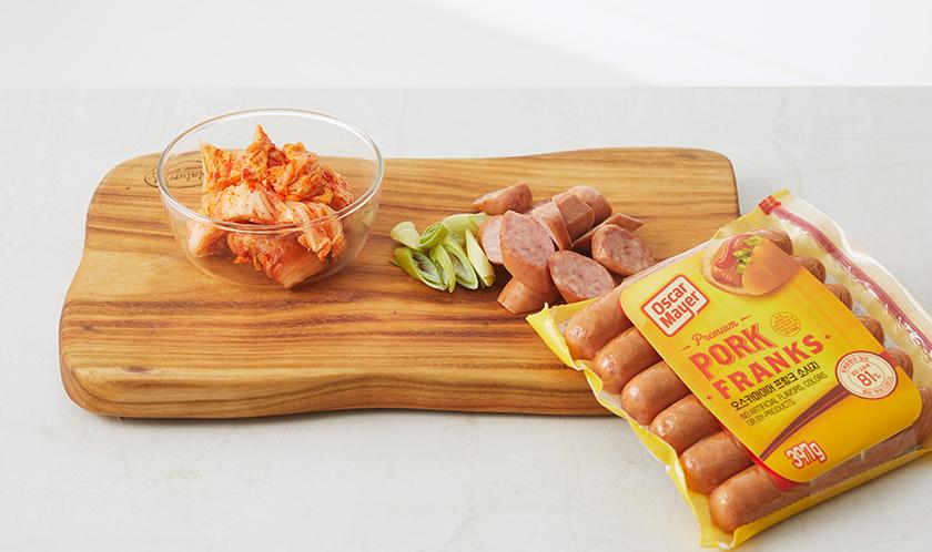 소시지와 대파는 어슷하게 썰고, 배추김치는 먹기 좋은 크기로 썬다.