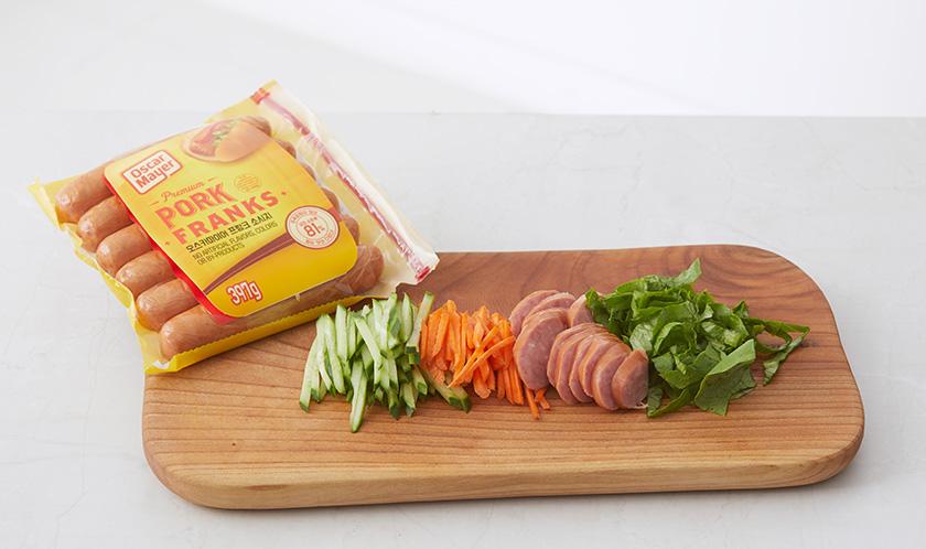당근, 오이, 상추는 곱게 채썰고 소시지는 어슷썬다.