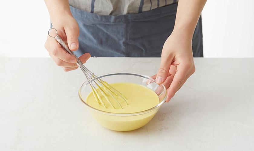 분량의 [반죽]을 섞은 후 냉장고에서 30분 이상 그대로 둔다.