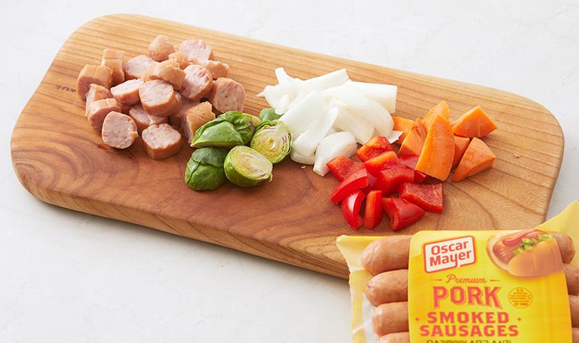 소시지, 양파, 홍피망, 당근, 방울양배추는 한입크기로 썬다.