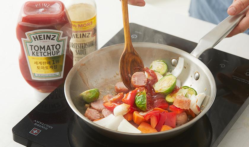 당근, 방울토마토, 양파, 홍피망 순으로 넣어 볶다, 고추기름, 케찹, 우스타 소스를 넣고 살짝 볶아낸다.