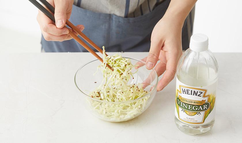 양배추는 곱게 채썰고 소금을 뿌려 절인 후, 분량의 [양념]을 넣어 버무린다.