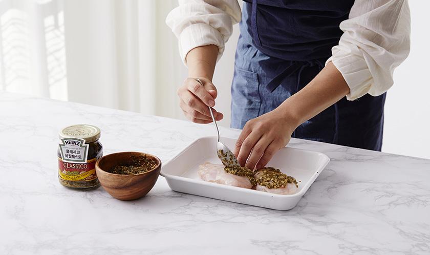 닭가슴살에 [클래시코 바질 페스토]를 발라 마리네이드한다.