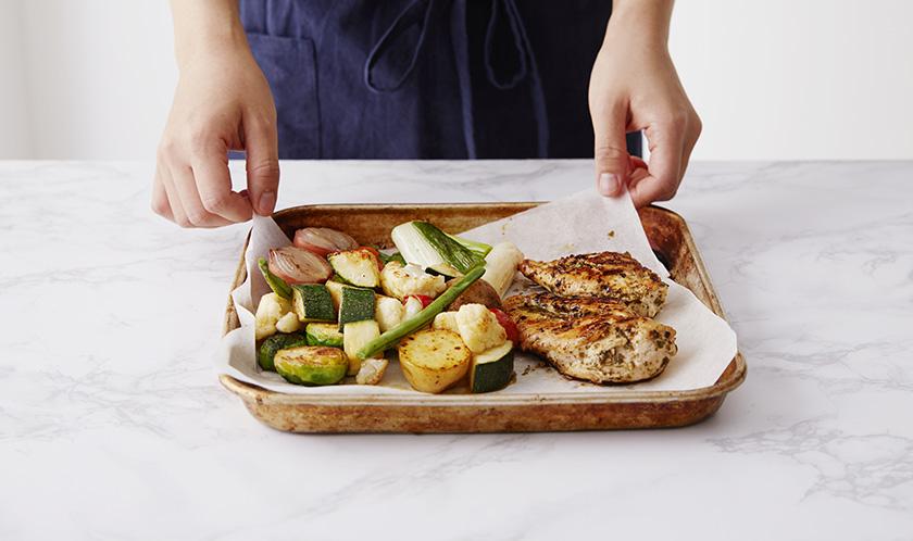 오븐시트를 깐 철판에 닭가슴살과 4를 올려 190℃로 예열한 오븐에서 20분간 굽는다.(10분 후 채소는 먼저 꺼낸다.)