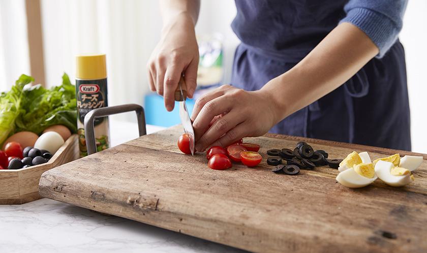 방울토마토는 2등분, 블랙올리브는 슬라이스하고, 삶은 달걀은 세로로 4등분한다.