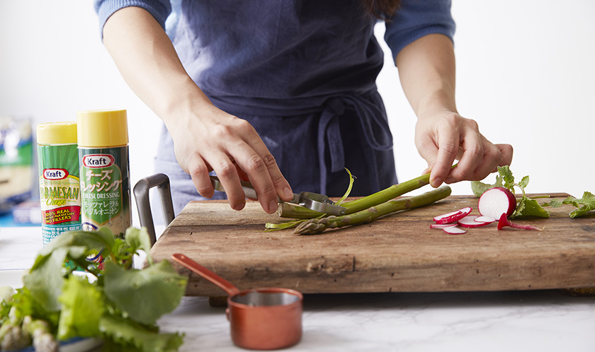 래디쉬는 얇게 슬라이스하고, 아스파라거스는 밑동의 껍질을 필러로 깎는다.