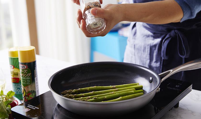 아스파라거스는 식용유를 두른 팬에 소금, 후추를 뿌려 굽는다.